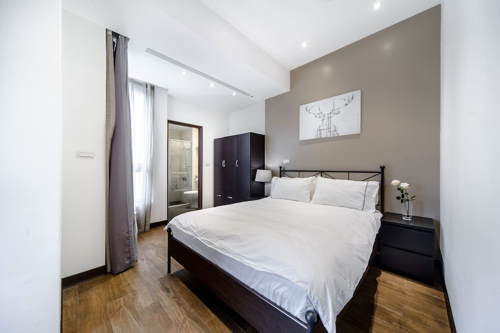 主卧套房含有淋浴卫浴设备(提供干净床单,毛巾)。Master bedroom (queen bed 150*200 cm) with en suite bathroom.