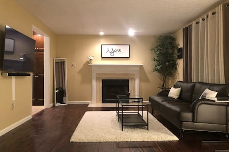 Spacious modern cottage 10 mins from downtown!
