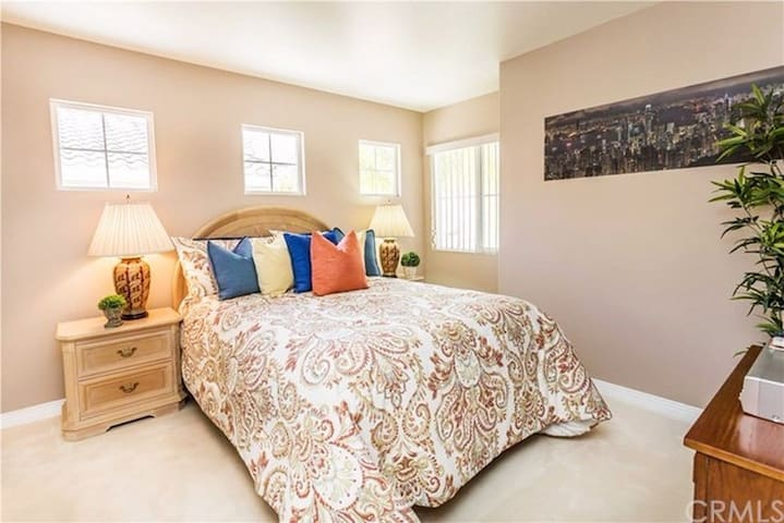 Cozy One Bedroom available , close to Disney.