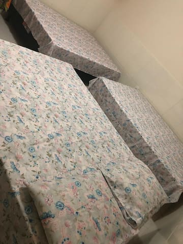 Quarto 01 : 3 camas de casal e ventilador de teto