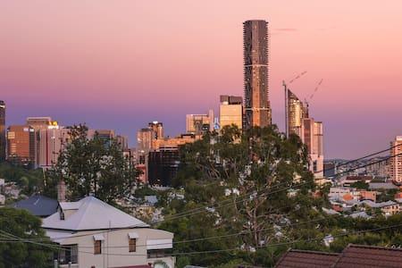 Inner-city 2 bdrm apt + city views - Brisbane - Apartment