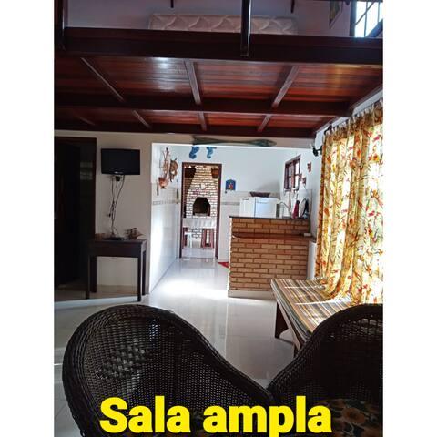 Sala Ampla com ar condicionado e ventilador de parede.