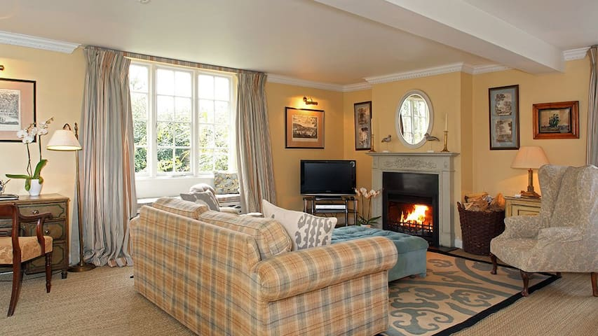 Epsom Cottage (sleeps 5 + 1 camp bed)