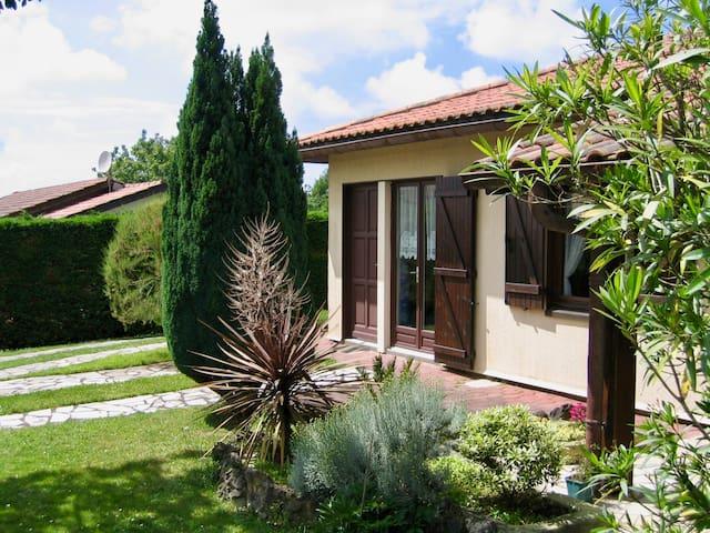 Studio à Tarnos, attenant à maison dans jardin