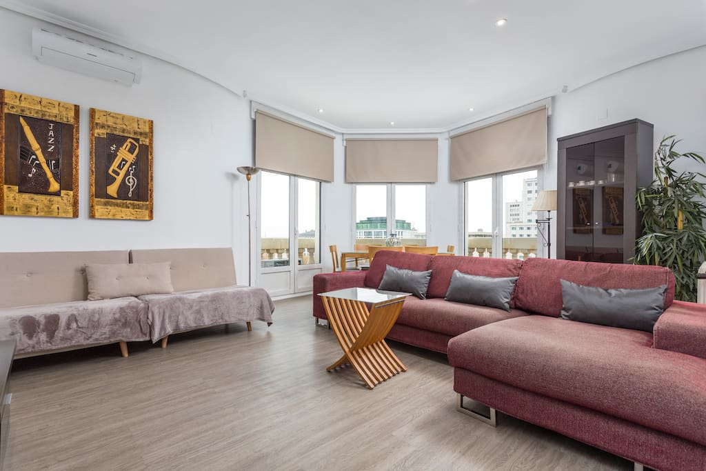 Large sitting room for 8 people