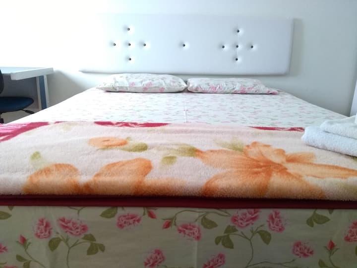 Quarto com suite em casa de Família (3).