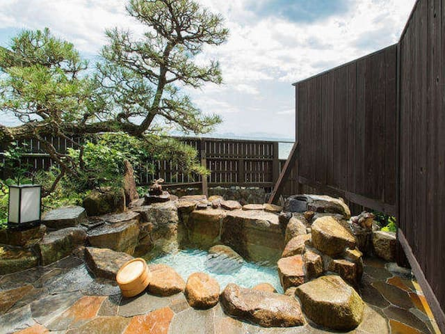 A Relaxing Stay at a Japanese Ryokan facing the Inland Sea, Breakfast and Dinner Included【From 2 pax】(離れ岩露天)