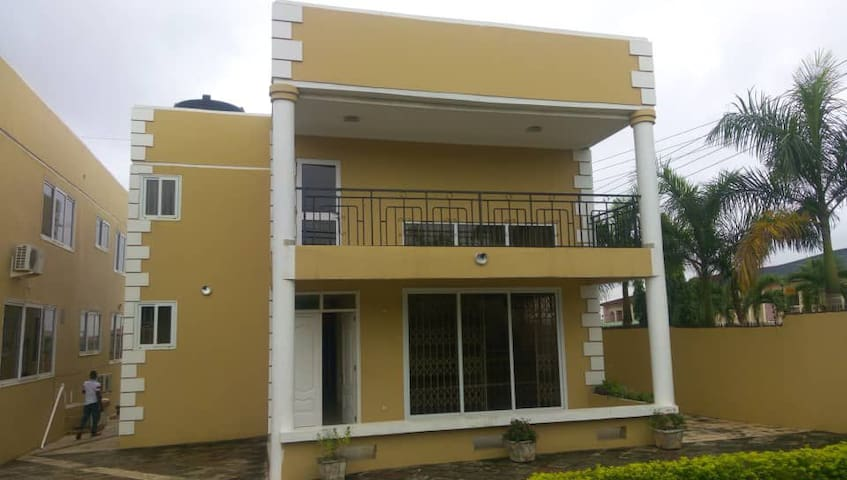4 bedroom condo, 15mins from d Airport