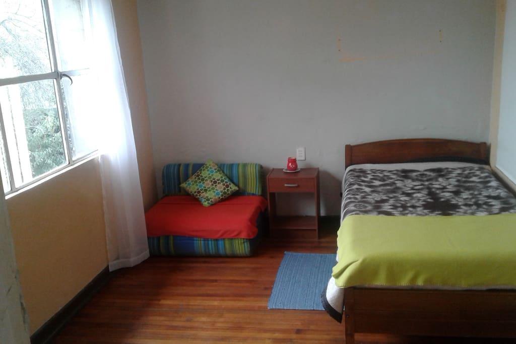 Amplia habitación muy luminosa....como esta ubicada en casa los espacios son muy amplios! Cuenta con todo el mobiliario (cama de 2 plazas equipada, velador, closet, toallas, papel higiénico)