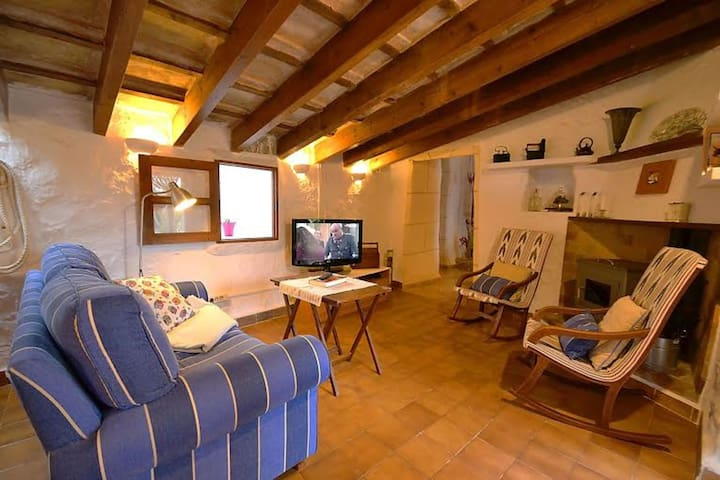 Authentic cottage with sun terrace and private pool, rural location