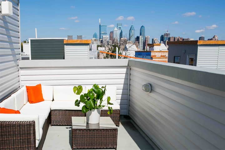 Luxury room and Roof deck with sweeping view!