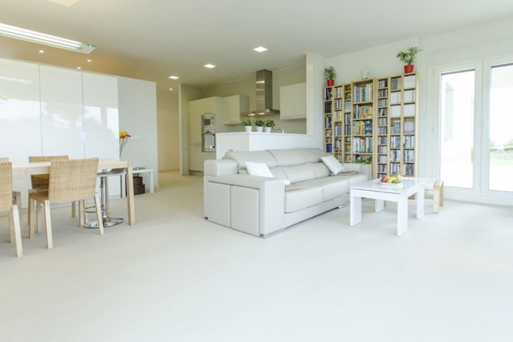 """El salón tiene un cómodo sofa, una televisión plana de 42"""" con Canal +, un DVD y un sillón de masaje."""