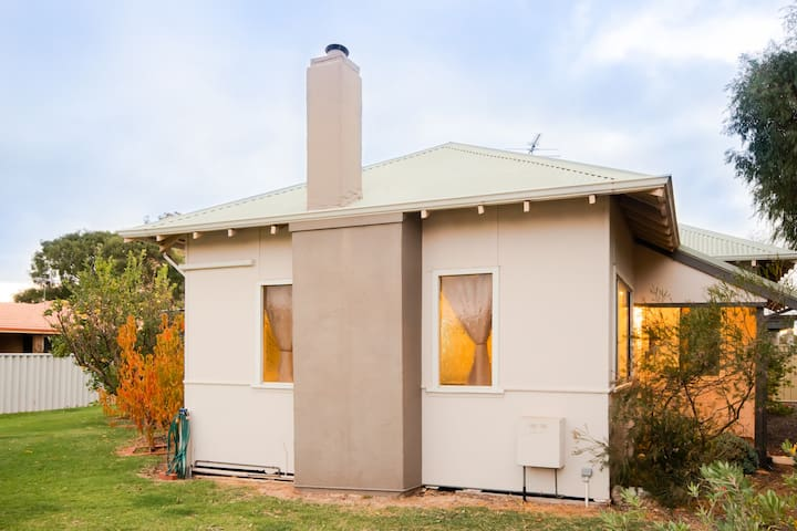 Busselton - Maddie's Cottage - Close to the Beach