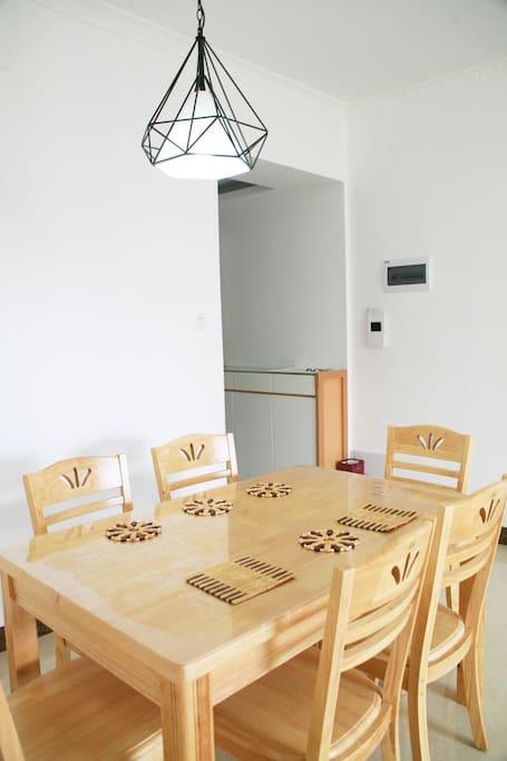 座椅充足的餐桌 可供朋友家人聚餐使用