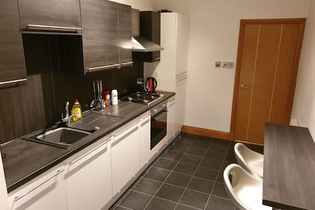 Spacious, modern 2 bedroom, town central flat