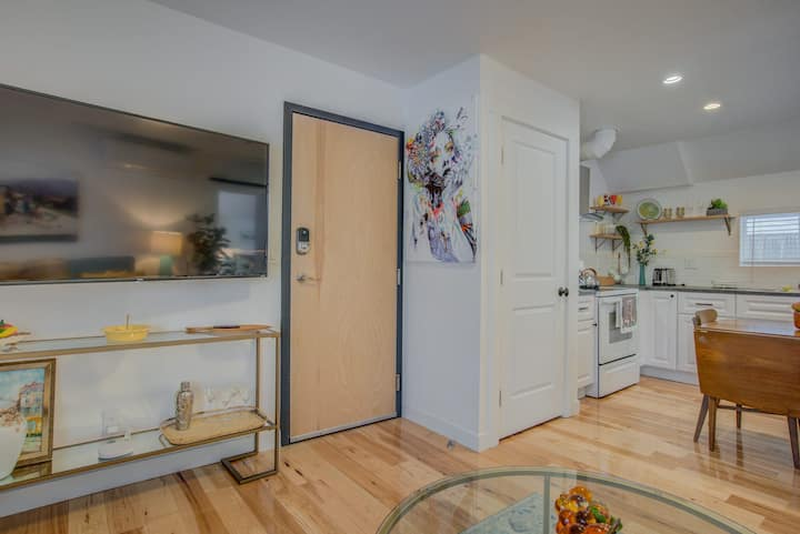 1BR Downtown Urbanity—Dining, Drink, Cafes & Escape