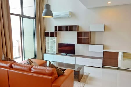 Nice duplex room 2 min walk from MRT Petchaburi - Bangkok