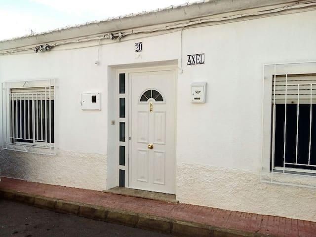 CASA RUSTICA Y ACOJEDORA DE PUEBLO.