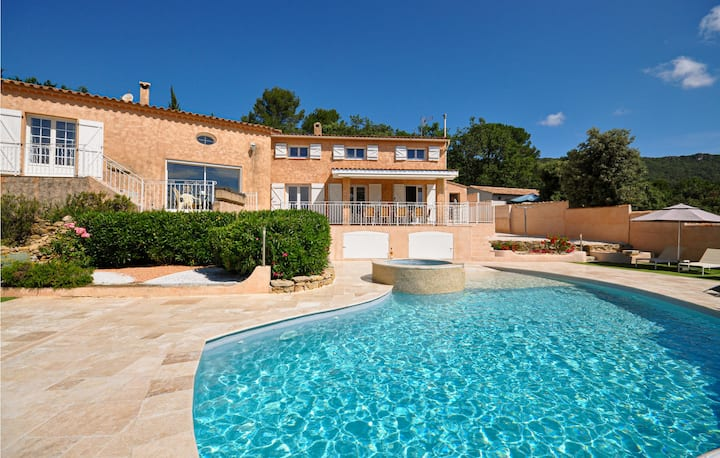 Beautiful home in Ste. Anastasie/Issole with WiFi and 5 Bedrooms
