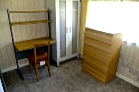 Budget price single & double rooms - Salisbury Downs - Hus