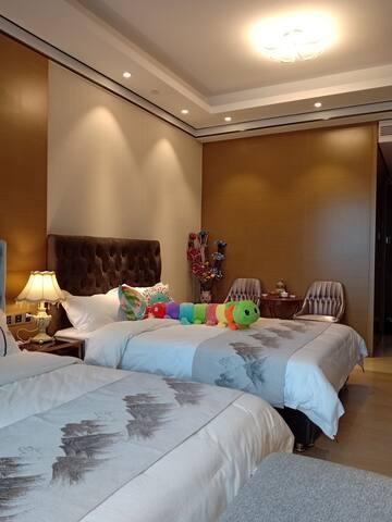 50平米高档智能酒店公寓,两张1·5米的大床,特别适合一家四口啊!