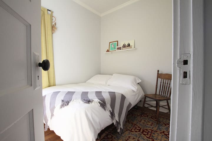 Cozy bedroom on Washington st. - Moncton - Rumah