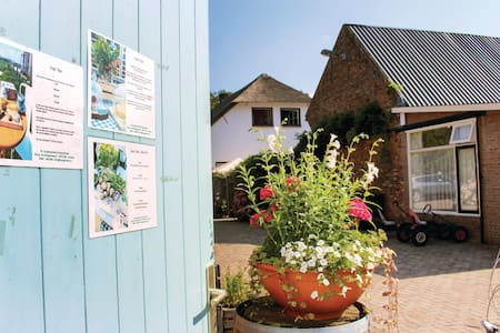 Holiday cottage with 2 bedrooms on 65m² in Ommeren