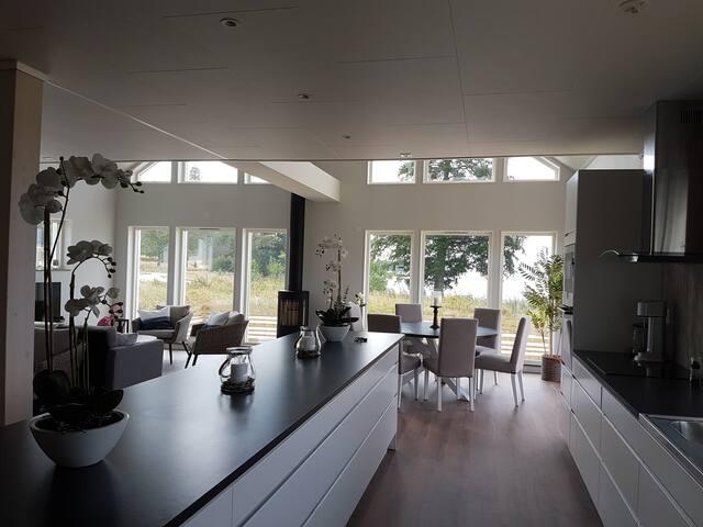 Modern nybyggd villa vid Hjälmarens strand
