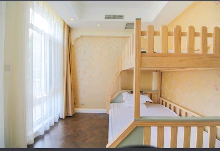 卧室2:采用了优梵艺术逐梦男孩女孩高低子母床,下铺:150*200适合妈妈带宝宝睡,上铺120*200适合大人或者孩子睡,床质量非常好,采用了新西兰松木一点味道都没有