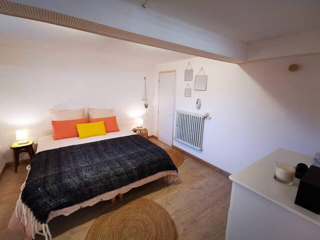 Chambre n°2 en sous-sol, 2 lits individuels de 80 cm de large pouvant être accolés pour former 1 lit double de 160 cm, salle d'eau attenante (lavabo, wc, radiateur sèche serviettes) - Denise Surf House
