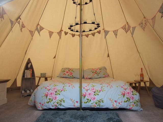 Tipi Retreat (tent with shared bathroom)