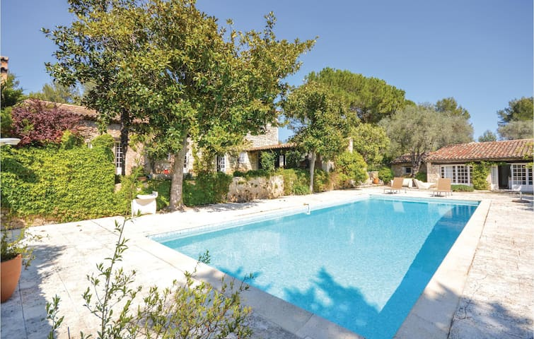 Holiday cottage with 6 bedrooms on 250m² in Le Rouret