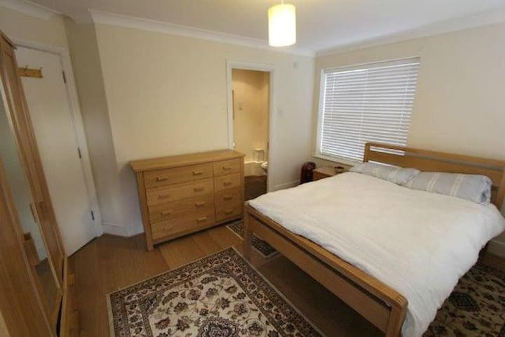 Spacious Ensuite Double Room in Canal Facing Flat - Londra - Ev