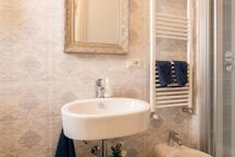 Bagno con doccia e bidet - esclusivo della camera con due letti singoli