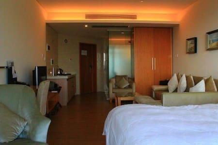五星级酒店公寓,可看澄江水天一色的美景,设施配套齐全,一居室的浪漫屋 - 澄江县