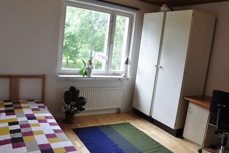A nice and spacious room - 40 min from Stockholm C - Stadswoning