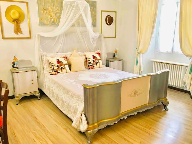 Camera da letto matrimoniale , scrivania ,piano di lavoro ,Wi-Fi gratuito ,riscaldamento autonomo.