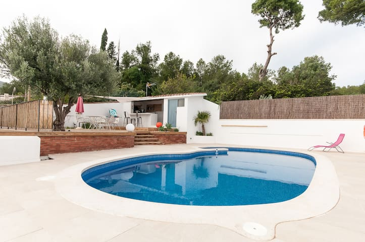 Charming house with pool, sea and mountain view - Castelldefels