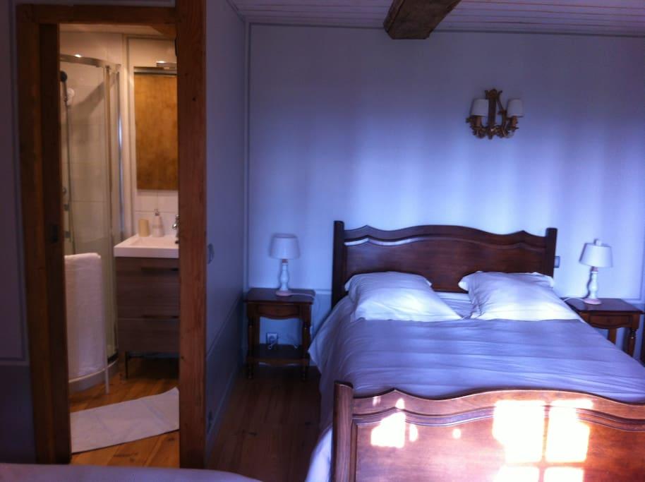 deuxième lit face à la fenêtre jardin, vue partielle salle d'eau