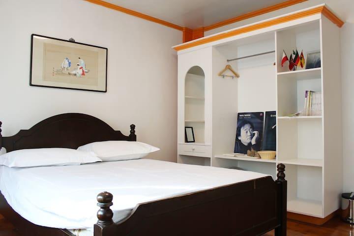 A CLASSIC HOUSE-BANANA ROOM