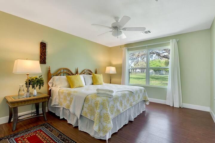 Yellow Warbler - King Room - Dripping Springs - Bed & Breakfast