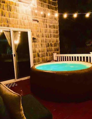 Hot Tub - March discount - mins to BEACH & A.C.!