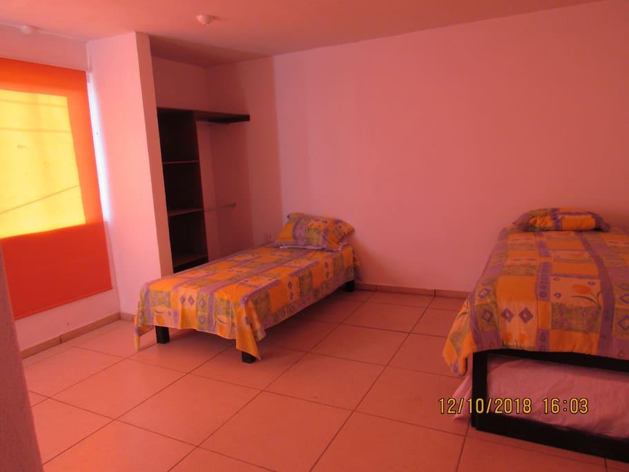 Esta es la foto de la habitación, tiene baño privado y closet
