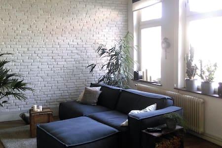 Zentral im Viertel – Zimmer in schöner Altbau-Whg