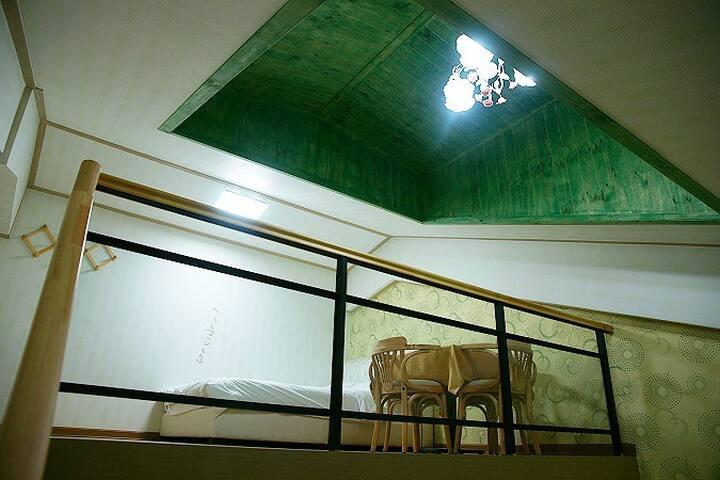 넓은 복층으로 설계된 편안한 객실 12평 복층 303호