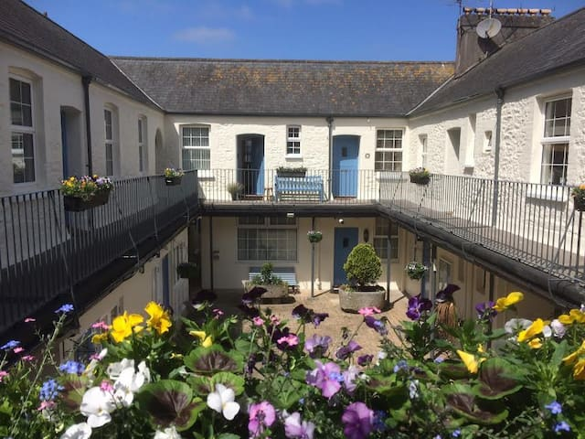 Picturesque Chic Mews Apartment Steps From Harbour