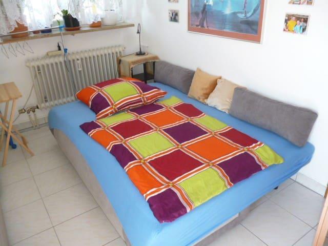 Schöne breite Schlafcouch