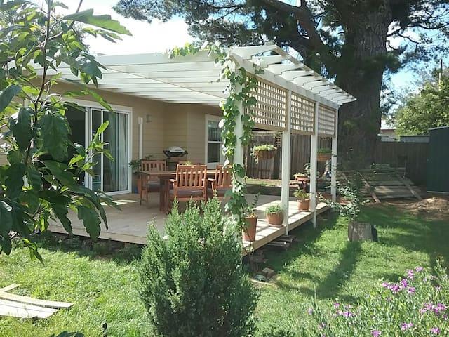 """Snug"" boutique garden studio with large deck - Katoomba - Apartment"