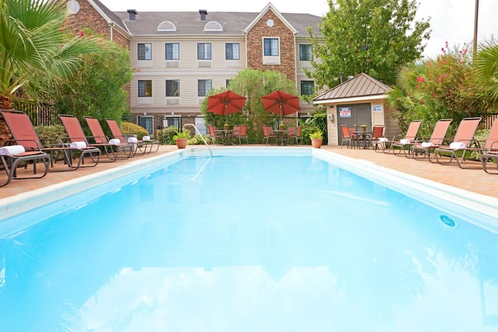 Outdoor Pool + Free Wi-Fi, Free Breakfast | Fully Equipped Suite