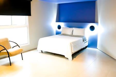 Quarto suíte com acessibilidade, ar condicionado, chuveiro aquecido, armário composto por uma cama de casal e uma cama box solteiro.
